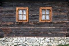 Drewniany, nieociosany okno w starej chałupie, Vlkolinec, Sistani Zdjęcie Stock