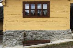 Drewniany, nieociosany okno w starej chałupie, Vlkolinec, Sistani Zdjęcie Royalty Free