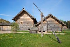 Drewniany od antycznych domów wiejskich w wiosce Bugrovo dobrze Rezerwa Mikhailovskoye Fotografia Stock