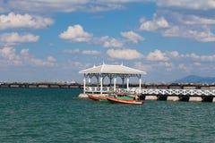 Drewniany odprowadzenie nad seacoast linią horyzontu Zdjęcia Royalty Free