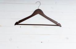 Drewniany odzieżowy wieszak zdjęcia stock