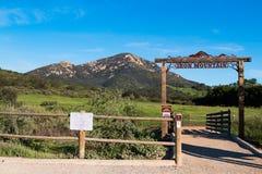 Drewniany ogrodzenie i Trailhead znak dla Iron Mountain śladu Zdjęcie Royalty Free