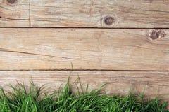 Drewniany ogrodzenie i trawa Obrazy Stock