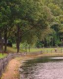Drewniany ogrodzenie jeziorem w parku Zdjęcia Royalty Free