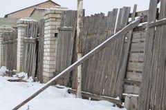 Drewniany ogrodzenie na zima ranku obrazy stock