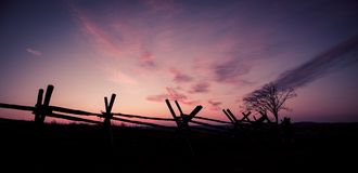 Drewniany ogrodzenie przy wschodem słońca obrazy stock
