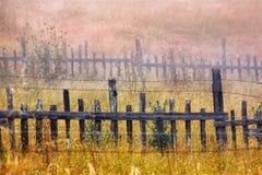 Drewniany ogrodzenie w polu zdjęcia royalty free