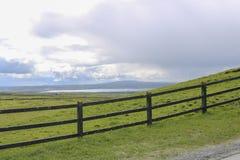 Drewniany ogrodzenie w polu Irlandia obraz royalty free