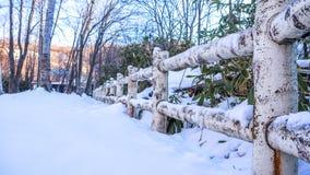 Drewniany ogrodzenie z ciężkim śniegiem Obraz Stock