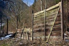 Drewniany ogrodzenie z dostępem zaniechana linia kolejowa Obrazy Royalty Free