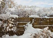 Drewniany ogrodzenie z śniegiem na zimie Obrazy Royalty Free