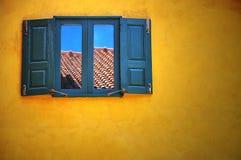 Drewniany okno na kolor żółty ścianie Obrazy Stock