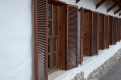 Drewniany okno z żaluzjami w długoterminowym Zdjęcie Stock
