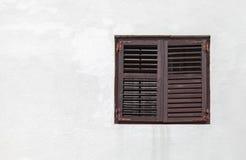 Drewniany okno z zamkniętymi jalousies Zdjęcia Royalty Free