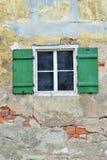 Drewniany okno z zieloną falcowanie żaluzją zdjęcie stock