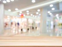Drewniany opróżnia stół przed zamazanym tłem Obrazy Stock