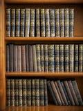 Drewniany półka na książki z antyk książkami układać zdjęcia royalty free