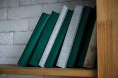 Drewniany półka na książki z książki zieleni pokrywami obraz royalty free