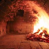 Drewniany płonący piekarnik gotowy gotować obraz royalty free