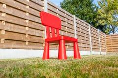 Drewniany płotowy whit krzesło Fotografia Stock