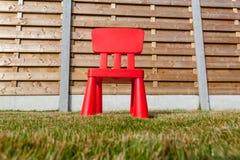 Drewniany płotowy whit krzesło Obrazy Stock
