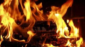 Drewniany palenie w grabie z pożarniczym żelazem zbiory wideo