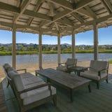Drewniany patio przegapia jezioro i domy w Utah fotografia royalty free