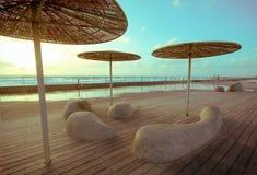 Drewniany pokład z kamiennymi ławkami i metalem Fotografia Royalty Free