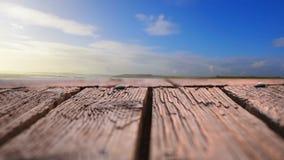 Drewniany pokład z widokiem niebieskich nieb zbiory