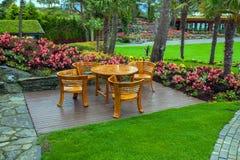 Drewniany pokład w ogródzie na Flor Og Fjaere, Norwegia Fotografia Stock