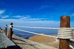 Drewniany poręczówki prowadzenie linia horyzontu w Changbai Mou zdjęcia royalty free