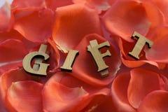 Drewniany prezenta kłamstwo w różanym liściu Obrazy Stock