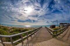 Drewniany przejścia prowadzenie woda w sławnej plaży Tres Irmaos w Alvor, Portimão, Algarve, Portugalia, Europa Praia dos Tres I zdjęcie stock