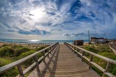 Drewniany przejścia prowadzenie woda w sławnej plaży Tres Irmaos w Alvor, Portimão, Algarve, Portugalia, Europa Praia dos Tres I obraz royalty free