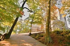 Drewniany przejście między drzewami prowadzi entrence Kokorin kasztel w Kokorinsko krajobrazu terenie w jesiennym republika czech Fotografia Royalty Free
