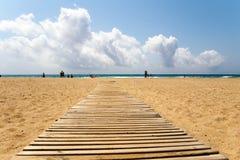 Drewniany przejście na piaskowatej plaży fotografia royalty free