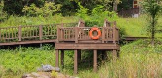 Drewniany przejście przy parkiem Fotografia Stock