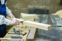 drewniany przerób Ufny młody męski cieśla pracuje z drewnem w jego warsztacie obraz stock