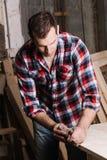 drewniany przerób Ufny młody męski cieśla pracuje z drewnem Obrazy Stock