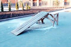 Drewniany przeszkoda dla skakać na rowerze lub deskorolka w boisku Obrazy Stock