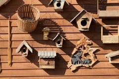 Drewniany ptasi dozownik Zdjęcia Royalty Free