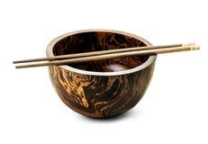 Drewniany puchar i chopsticks odizolowywający Obraz Royalty Free