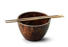 Drewniany puchar i chopsticks odizolowywający Zdjęcia Stock