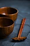 Drewniany puchar z drewnianymi chopsticks Zdjęcie Royalty Free