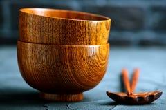 Drewniany puchar z drewnianymi chopsticks Zdjęcia Stock