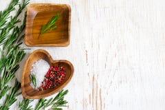 Drewniany puchar z oliwa z oliwek i pikantność na białym tle Zdjęcia Royalty Free