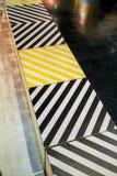 Drewniany pudełko wspinający się z Czarnym i kolor żółty drukującym diagonalnym lampasem zdjęcia royalty free