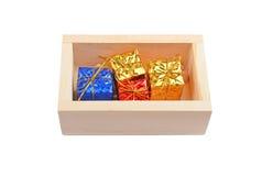 Drewniany pudełko z boże narodzenie prezentem Obraz Royalty Free