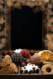 Drewniany pudełko z Bożenarodzeniowymi cukierkami, pikantność, ciemny tło Fotografia Stock