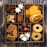 Drewniany pudełko z Bożenarodzeniowymi cukierkami, pikantność i dokrętkami, zbliżenie Obraz Stock